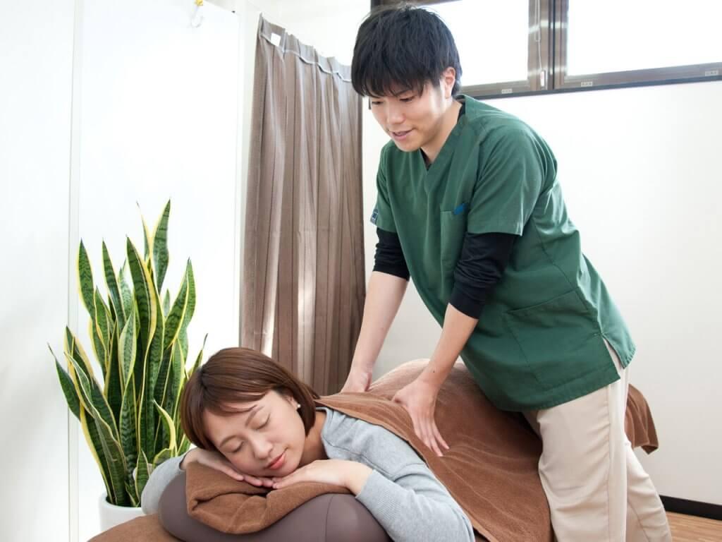 浦安の鍼灸整体院+nicoで整体マッサージを受けているところ