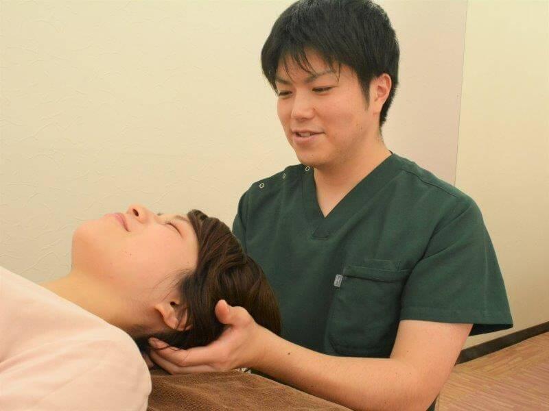 浦安の鍼灸整体院+niconの頭の施術