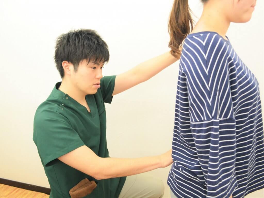 浦安の鍼灸整体院+nicoで体を診ているところ