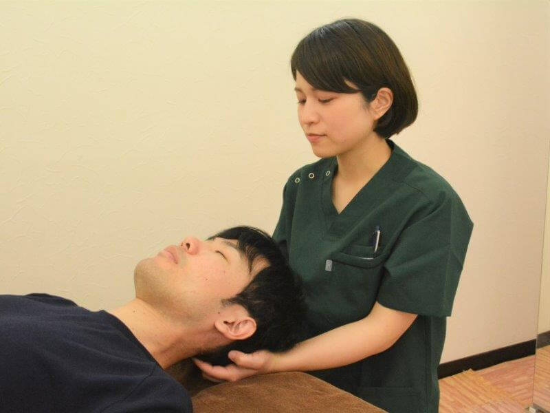 浦安の鍼灸整体院+nico女性スタッフが頭痛の施術をしているところ