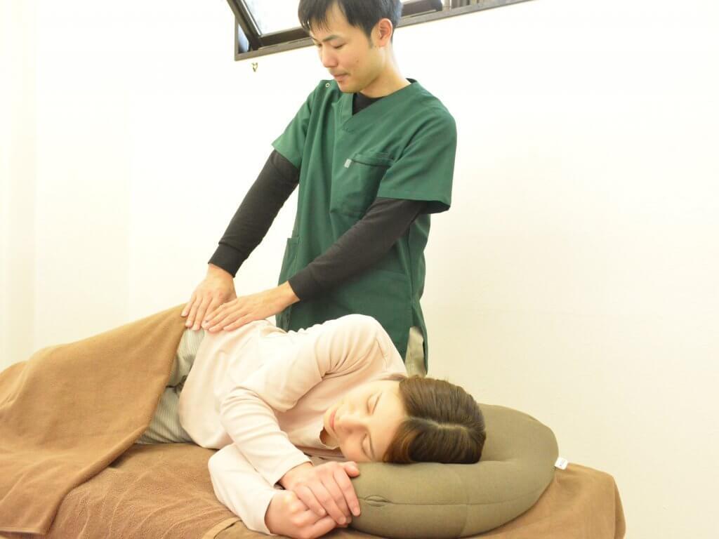 浦安の整体院+nicoで腰痛施術を受けているところ
